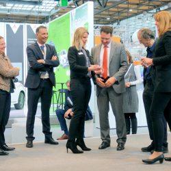 Daniela Stack übergibt Innovationspreis an Martin Wischner von der HVLE